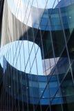 一个现代大厦的片段的反射在玻璃门面的 免版税库存照片