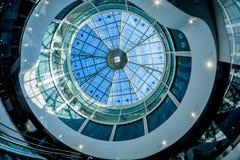 一个现代大厦的玻璃圆顶有一个未来派设计 库存照片