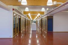 一个现代大厦的美丽的大厅与倍增被隔绝的办公室房间 白色墙壁和红褐色的大理石优美的地板 木a 免版税图库摄影