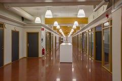 一个现代大厦的美丽的大厅与倍增被隔绝的办公室房间 白色墙壁和红褐色的大理石优美的地板 木a 免版税库存照片