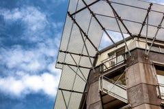 一个现代大厦的门面反对蓝天的 免版税库存图片