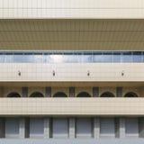 一个现代大厦的门面零件furnitured米黄和灰色陶瓷砖 免版税库存图片