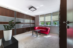 一个现代客厅的内部 免版税库存图片