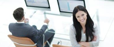 一个现代工作场所的背景的成功的女商人 免版税库存图片