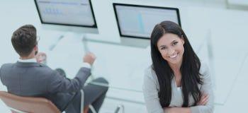 一个现代工作场所的背景的成功的女商人 图库摄影