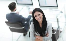 一个现代工作场所的背景的成功的女商人 库存图片