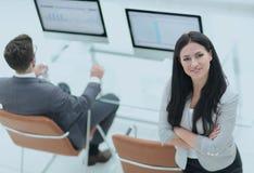 一个现代工作场所的背景的成功的女商人 免版税库存照片