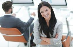 一个现代工作场所的背景的成功的女商人 免版税图库摄影