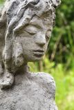 一个现代庭院雕象的面孔由混凝土,女孩形象机智制成 图库摄影