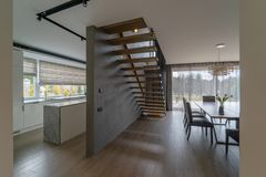 一个现代新房的内部 免版税库存照片