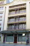 一个现代派房子的门面在城市的历史的中心的商业街上的 库存照片