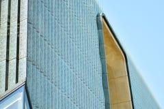 一个现代玻璃大厦的片段 免版税库存图片