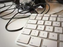一个现代白色个人计算机键盘的特写镜头视图 免版税库存照片