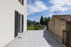 一个现代白色房子的外部有一个大大阳台的 免版税库存照片