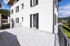 一个现代白色房子的外部有一个大大阳台的 图库摄影