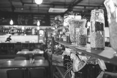 一个现代酒吧的内部和装饰,黑白框架 免版税库存图片