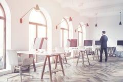 一个现代露天场所办公室的侧视图,人 免版税库存图片