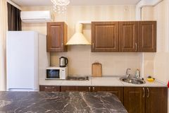一个现代预算厨房的内部最近被修造的公寓的 图库摄影