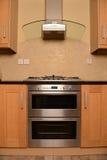 现代烤箱在厨房里 免版税库存照片