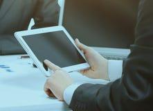 一个现代企业队的特写镜头使用片剂计算机的 免版税库存照片