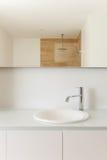 一个现代卫生间的水槽 免版税图库摄影