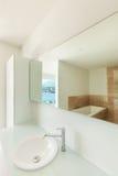 一个现代卫生间的水槽 免版税库存照片