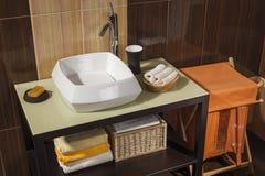 一个现代卫生间的细节有水槽的 免版税库存照片