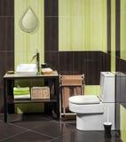 一个现代卫生间的细节有水槽的 免版税库存图片