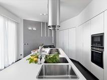 一个现代厨房的内部看法 免版税库存图片