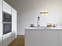 一个现代厨房的内部看法 免版税库存照片