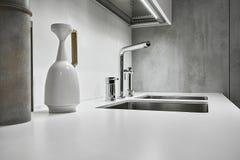 一个现代厨房的钢龙头 免版税库存图片