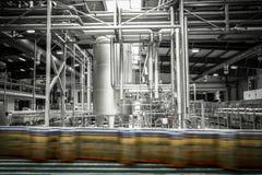 一个现代啤酒厂的内部,设备,工具,啤酒罐 库存图片