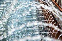 从一个现代喷泉的喷口 库存图片