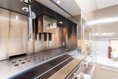 一个现代墙壁烤箱的特写镜头在厨房里 免版税库存图片