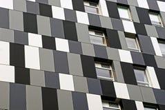一个现代多层的大厦的黑白墙壁与窗口的 免版税库存照片