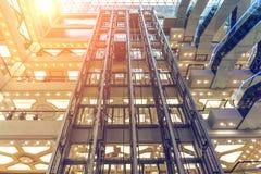一个现代多层的购物中心的内部,查寻,地板和电梯 库存照片