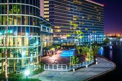 一个现代大厦和彩虹盐水湖的看法在晚上停放 免版税库存照片