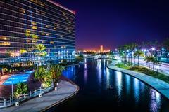 一个现代大厦和彩虹盐水湖的看法在晚上停放 图库摄影