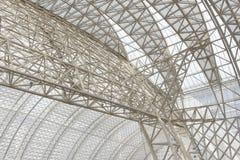 一个现代大厦屋顶的框架结构 库存照片