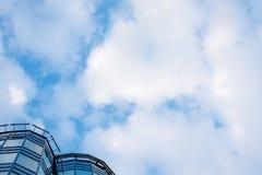 一个现代大厦的上部部分与玻璃门面,蓝天的 免版税图库摄影