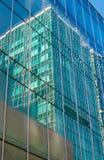 一个现代大厦的摩天大楼玻璃门面的反射 免版税库存照片