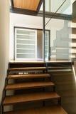 一个现代大厦的楼梯 免版税库存图片