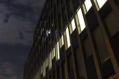 一个现代大厦的门面夜视图  免版税库存照片