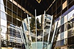 一个现代大厦的玻璃入口 库存图片