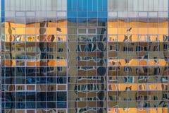 一个现代大厦的玻璃墙的门面与另一个大厦的反射的 库存图片