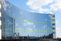 一个现代大厦的玻璃门面 库存照片