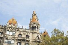 一个现代派大厦的细节在卡塔龙尼亚广场附近的在巴塞罗那,西班牙 免版税库存照片
