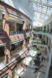 一个现代大商城的建筑学 库存照片