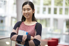 一个现代大学大厅的亚裔女性成人学生 免版税库存图片