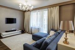 一个现代客厅的内部有蓝色沙发的 图库摄影
